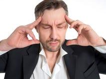 Hombre de negocios con dolor en sus templos Foto del hombre que sufre de la tensión o de un dolor de cabeza que hace muecas en do Fotos de archivo