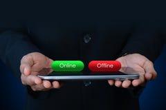 Hombre de negocios con el botón en línea y off-line Fotografía de archivo