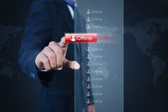 Hombre de negocios con el botón off-line Imágenes de archivo libres de regalías