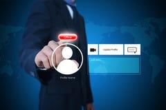 Hombre de negocios con el botón off-line Imagenes de archivo