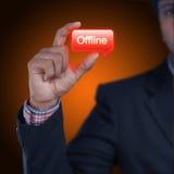 Hombre de negocios con el botón off-line Foto de archivo libre de regalías
