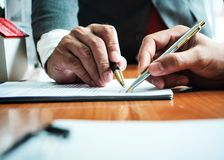 Hombre de negocios con el cálculo del impuesto para el impuesto de casa y el préstamo de coche imágenes de archivo libres de regalías