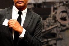 Hombre de negocios con el compuesto de la tarjeta de presentación con la máquina Fotografía de archivo