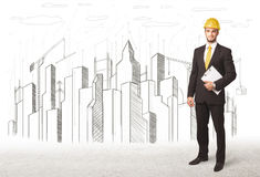 Hombre de negocios con el dibujo de la ciudad del edificio en fondo Imagenes de archivo
