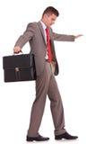Hombre de negocios con el equilibrio de la cartera Fotografía de archivo libre de regalías