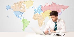 Hombre de negocios con el fondo colorido del mapa del mundo Fotos de archivo libres de regalías