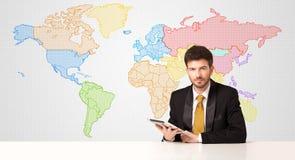 Hombre de negocios con el fondo colorido del mapa del mundo Imagen de archivo libre de regalías