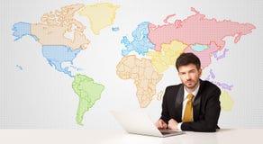 Hombre de negocios con el fondo colorido del mapa del mundo Foto de archivo