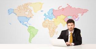 Hombre de negocios con el fondo colorido del mapa del mundo Fotos de archivo