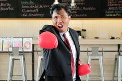 Hombre de negocios con el guante de boxeo listo a luchar con el trabajo foto de archivo libre de regalías