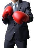 Hombre de negocios con el guante de boxeo listo para luchar con el trabajo, negocio Imagen de archivo libre de regalías