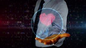 Hombre de negocios con el holograma cibernético del corazón y del amor metrajes