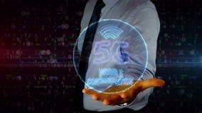 Hombre de negocios con el holograma del símbolo 5G almacen de metraje de vídeo