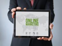 Hombre de negocios con el márketing en línea en una tableta Foto de archivo libre de regalías