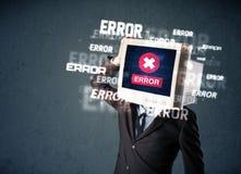 Hombre de negocios con el monitor de la PC en sus mensajes de la cabeza y de error en t Imagen de archivo