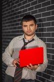 Hombre de negocios con el ordenador portátil Fotos de archivo libres de regalías