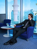 Hombre de negocios con el ordenador portátil en la oficina L Imagen de archivo libre de regalías