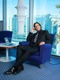 Hombre de negocios con el ordenador portátil en oficina Imagen de archivo libre de regalías