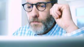 Hombre de negocios con el ordenador portátil - reflexiones