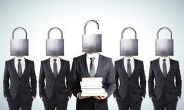 Hombre de negocios con el paquete de libros y hombres de negocios con la cabeza cerrada Imagen de archivo
