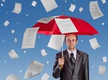 Hombre de negocios con el paraguas rojo Imágenes de archivo libres de regalías