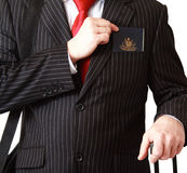 Hombre de negocios con el pasaporte en el bolsillo foto de archivo