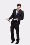 Hombre de negocios con el periódico foto de archivo libre de regalías