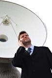 Hombre de negocios con el plato basado en los satélites Imagen de archivo