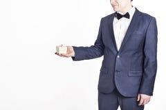 Hombre de negocios con el regalo (imagen horizontal) Regalo del día de la mujer Imagen de archivo libre de regalías