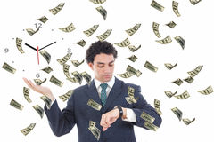 Hombre de negocios con el reloj en su concepto de la palma rodeado por el dinero Fotos de archivo