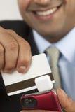 Hombre de negocios con el swiper de la tarjeta de crédito Imágenes de archivo libres de regalías