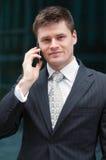 Hombre de negocios con el teléfono celular Imágenes de archivo libres de regalías