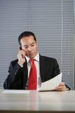 Hombre de negocios con el teléfono celular móvil de la mano Imagenes de archivo