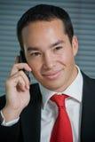 Hombre de negocios con el teléfono celular móvil de la mano Fotos de archivo libres de regalías