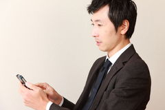 Hombre de negocios con el teléfono elegante Foto de archivo libre de regalías