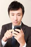 Hombre de negocios con el teléfono elegante Fotos de archivo libres de regalías