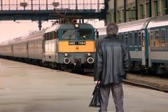 Hombre de negocios con el tren que espera de la cartera para en la plataforma - Budapest, Hungría Fotografía de archivo libre de regalías