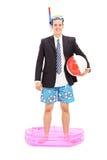 Hombre de negocios con el tubo respirador que se coloca en una pequeña piscina foto de archivo libre de regalías