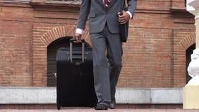 Hombre de negocios con equipaje metrajes