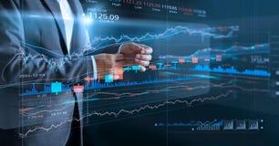 Hombre de negocios con estadística de la pantalla virtual y de los datos fotografía de archivo