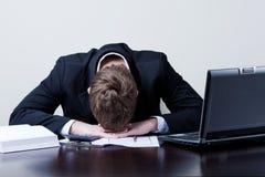 Hombre de negocios con exceso de trabajo Fotos de archivo