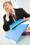 Hombre de negocios con exceso de trabajo Imagen de archivo libre de regalías