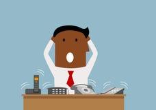 Hombre de negocios con exceso de trabajo con muchas llamadas de teléfono Imagen de archivo