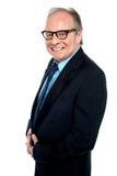Hombre de negocios con gafas que presenta de lado foto de archivo libre de regalías