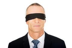Hombre de negocios con la banda en ojos fotografía de archivo libre de regalías