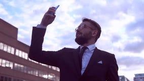Hombre de negocios con la barba almacen de metraje de vídeo