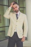 Hombre de negocios con la barba que tiene dolor de cabeza Fotos de archivo