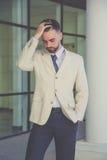 Hombre de negocios con la barba que tiene dolor de cabeza Imágenes de archivo libres de regalías