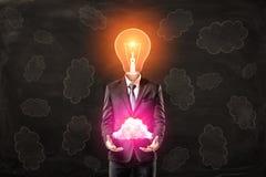 Hombre de negocios con la cabeza de la bombilla que sostiene la nube rosada de neón en manos en fondo del modelo de la nube negra libre illustration