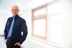 Hombre de negocios con la cabeza calva delante del fondo blanco Fotos de archivo